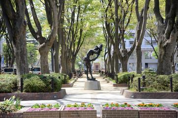 欅並木とブロンズ像