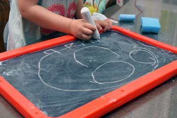 Dziecięcy rysunek kredą na tablicy