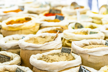 Etal de marché, vente d'épices