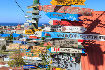 Wegweiser in die ganze Welt in Punta Arenas, Chile