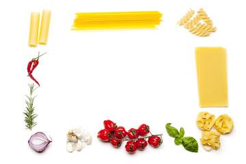 Rahmen aus Pasta und Zutaten auf Weiß
