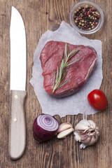 Aufsicht  rohes Steak auf Holz