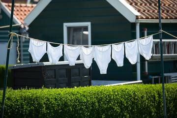 Weisse Unterhosen auf Wässcheleine