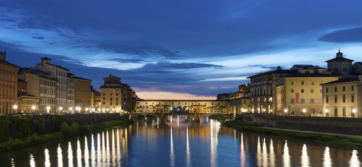 Fotomurales - Ponte Vecchio - the bridge market in midtown of Florence, Tuscany, Italy at dusk