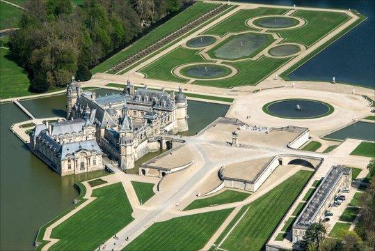 vue d'avion du château de Chantilly dans l'Oise en France