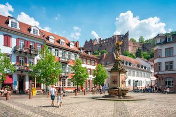 Touristen auf dem Kornmarkt in Heidelberg, Baden-Württemberg, Deutschland
