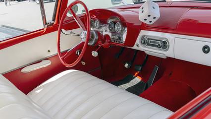 oldtimer mit rot weiße Ledersitzen.