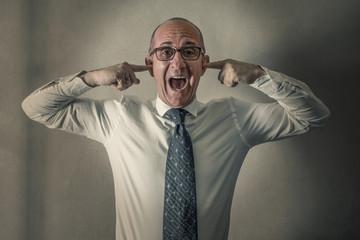 manager stressato che urla con le dita nelle orecchie