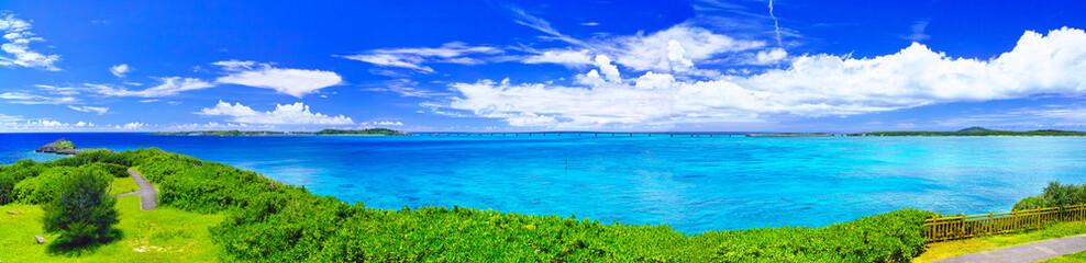 真夏の宮古島。西平安名岬の池間大橋展望台から見た池間大橋(パノラマ)