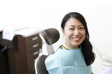 歯医者で治療を受ける女性