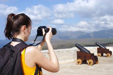 Jeune femme photographiant deux canons