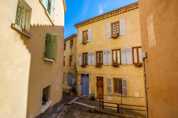 Une rue de village de Fayence, Provence, France.