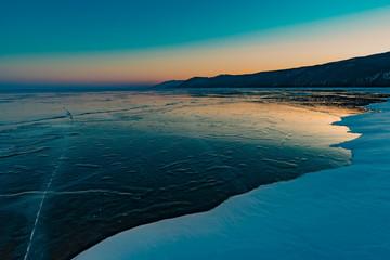Jezioro Bajkał zimą, zachód słońca.
