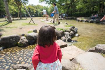 ・公園・水遊び・後ろ姿