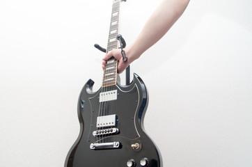 ギターを持つ