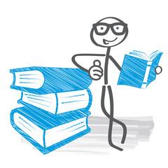 Leser mit Lesebrille und Bücherstapel