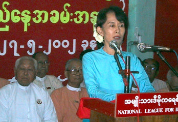 MYANMAR OPPOSITION LEADER AUNG SAN SUU KYI GIVES SPEECH TO SUPPORTERS.