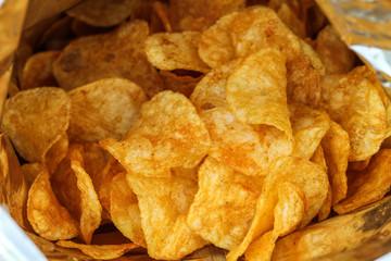 Frische geröstete Kartoffelchips in einer Chipstüte