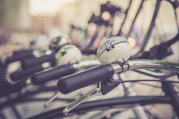 Geparkte Fahrräder in Fahrradverleih, Klingel