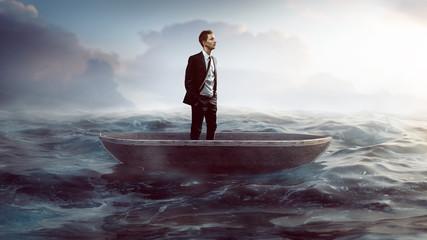 Geschäftsmann in Ruderboot auf hoher See