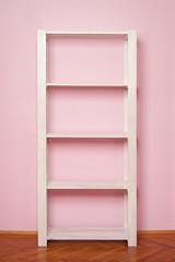 leeres Regal vor rosa Wand
