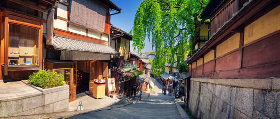 Poster de jardin Kyoto View to small street with Sakura tree in Higashiyama district, Kyoto, Japan. Traditional japanese houses in the morning