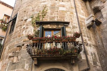 Ventana con balcón en torreón de piedra.