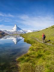 Fototapete - Wandern in den Schweizer Alpen mit Stellisee und Matterhorn, Kanton Wallis, Schweiz