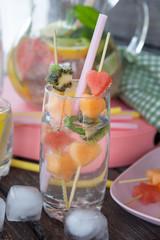 Limonade mit frischen Fruechten