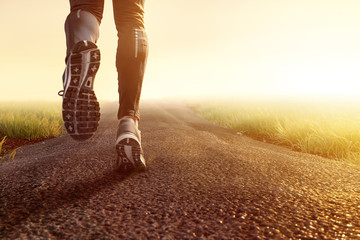 Deurstickers Jogging Joggen auf Feldweg im Morgennebel