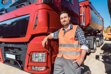 LKW Fernfahrer vor seinem Fahrzeug