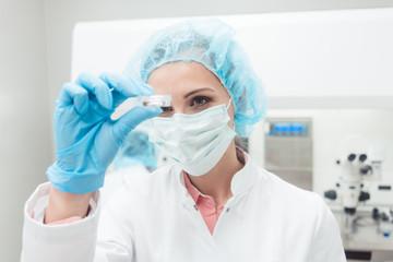 Frau und Wissenschaftlerin zeigt ihr neues Biotech Experiment