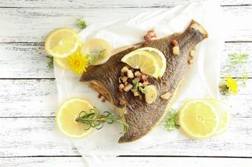 Fisch Scholle Overhead Tisch Speck Zitrone Kräuter Maischolle Zwiebel