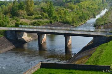 Mostek drogowy nad waską rzeczką, Mietków, Polska