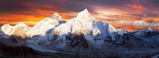 Foto auf Gartenposter Gebirge mount Everest sunset panoramic view