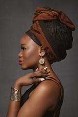 portrait belle femme noire africaine avec foulard dans cheveux
