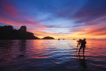 Photographe photographiant le lever du soleil à Railay Beach. Krabi, Thaïlande