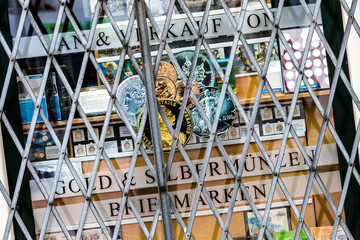 Schaufensterscheibe eines Briefmarkenhändlers mit Vergitterung