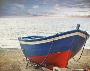 La barca ormeggiata sulla riva
