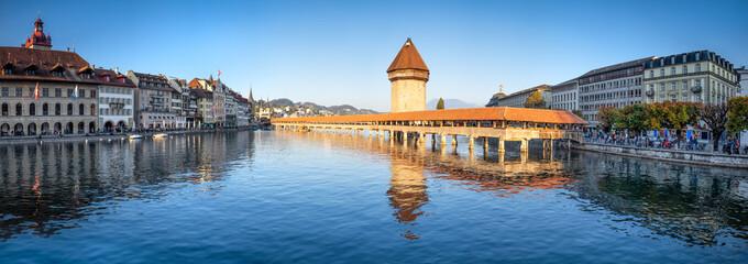 Fotomurales - Altstadt von Luzern mit Blick auf die Kapellbrücke, Schweiz