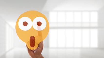 Finger wählt schockierten Smiley aus