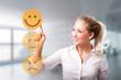 junge Frau wählt freudigen Smiley vor modernem Bürohintergrund