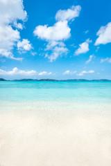 Wall Mural - Sommer, Sonne, Strand und Meer im Sommerurlaub auf Okinawa, Japan