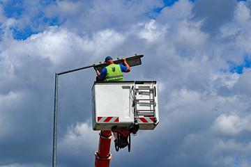 Reparatur einer Straßenlampe