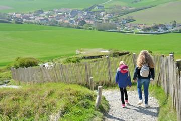 Deux jeunes filles qui marchent sur le sentier du littoral au cap Blanc-Nez dans les Hauts-de-France