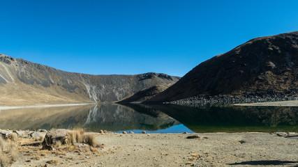 Montaña con lago