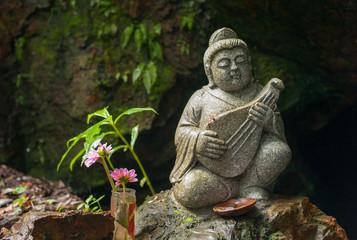 琵琶を弾く石像