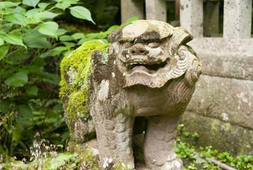 苔の生えた狛犬