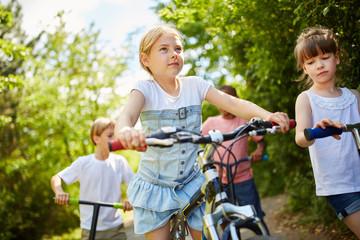 Gruppe Kinder mit Fahrrad und Roller