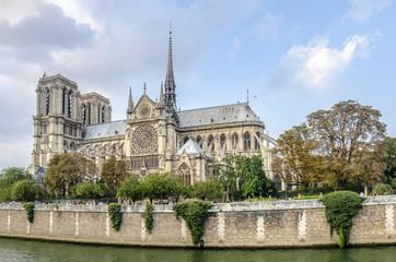 catedral de Notre Dame en Paris, a las orillas del río Sena